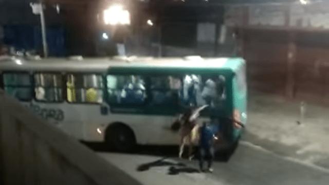 Bandidos tentam incendiar ônibus no bairro São Rafael em Salvador