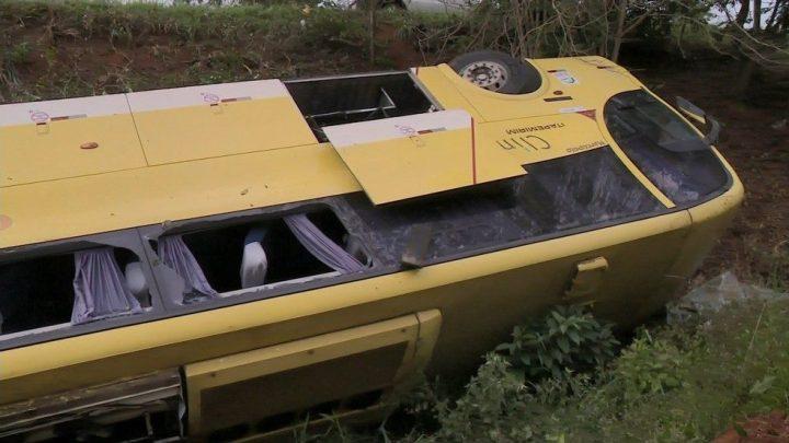 Ônibus da Viação Itapemirim sai da pista e cai em barranco deixando 20 feridos no ES