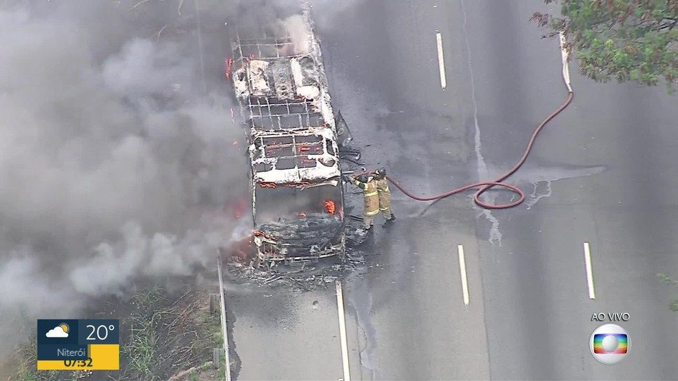 Ônibus urbano acaba incendiado na Vila Militar do Rio de Janeiro