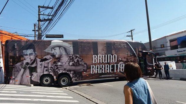 SP: Ônibus de dupla sertaneja quebra e fecha trânsito em Osasco