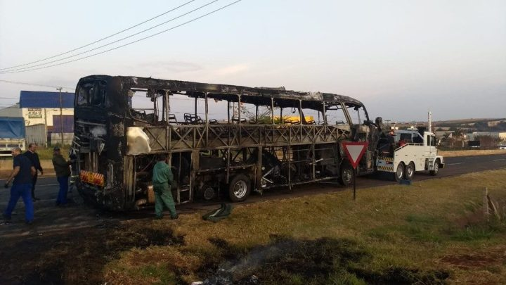 Paradiso LD da Viação Garcia pega fogo no interior do Paraná
