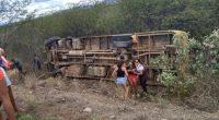 Ônibus escolar tomba na BR-405 no interior do Rio Grande do Norte