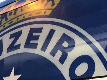 Ônibus do Cruzeiro é apedrejado na chegada ao independência em BH