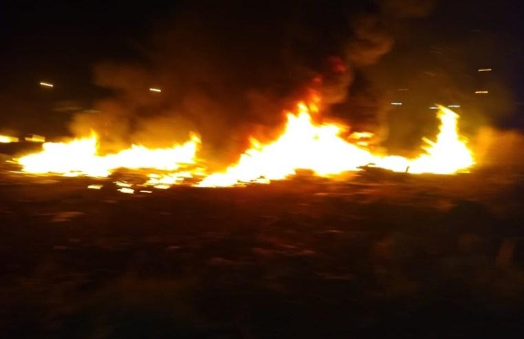 Incêndio destrói quatro ônibus e três veículos em Goiânia