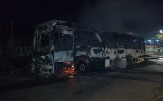 Ônibus pega fogo em Belo Horizonte na noite desta quinta-feira