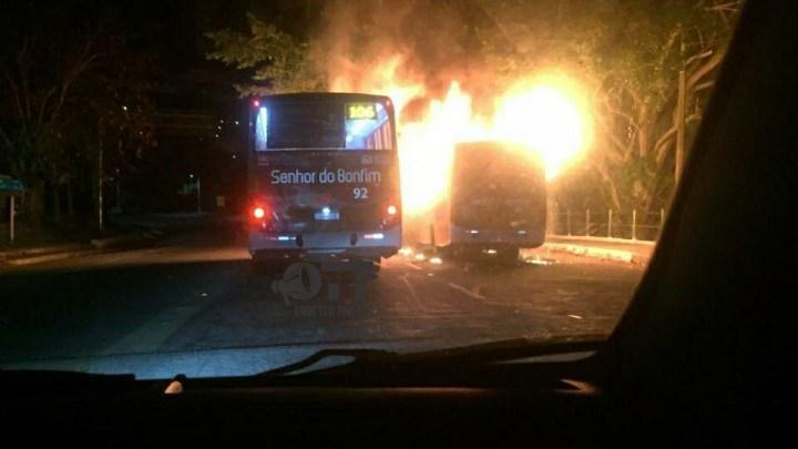 Dois ônibus são incendiados em Angra dos Reis nesta madrugada