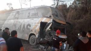 Acidente com ônibus do cantor Jonas Esticado deixa três feridos na BR-226