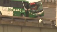 Homem sequestra ônibus da Galo Branco na Ponte Rio x Niterói com 37 passageiros e acaba morto