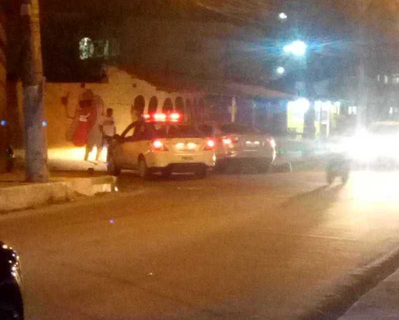 RJ: Motorista de ônibus acaba baleado após perseguição policial e tiroteio em São Gonçalo