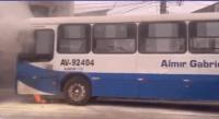 Ônibus urbano acaba incendiado em Belém