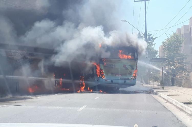Ônibus é incendiado por bandidos em Fortaleza nesta tarde de segunda-feira