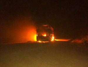 Ônibus de turismo acaba incendiado no Rio Grande do Sul