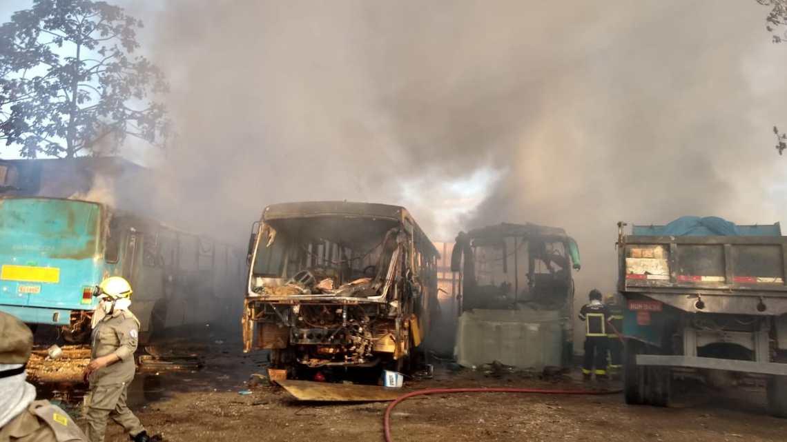 Incêndio destrói oficina mecânica com vários ônibus em Teresina neste domingo