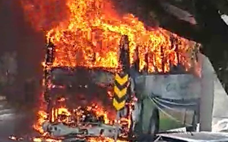 Ônibus fretado pega fogo em Jundiaí