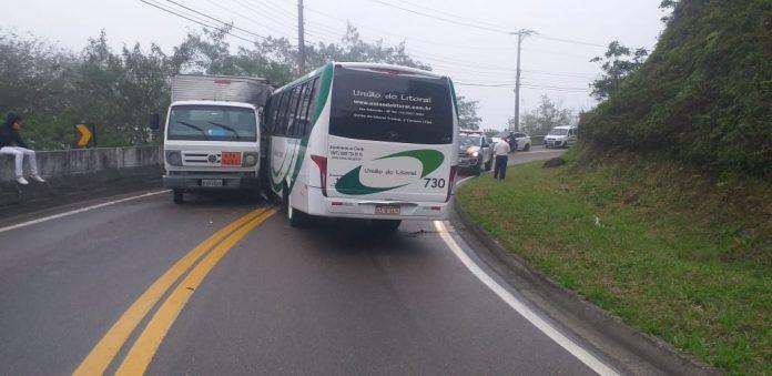 Rio x Santos acabou interditada após acidente entre caminhão e micro-ônibus