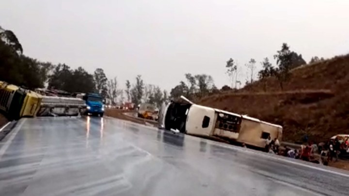 Acidente entre carreta e ônibus deixa feridos na BR-040 em Sete Lagoas