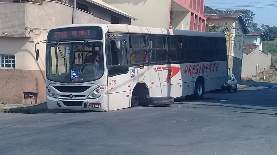 Roda de ônibus da Viação Presidente se solta em Conselheiro Lafaiete