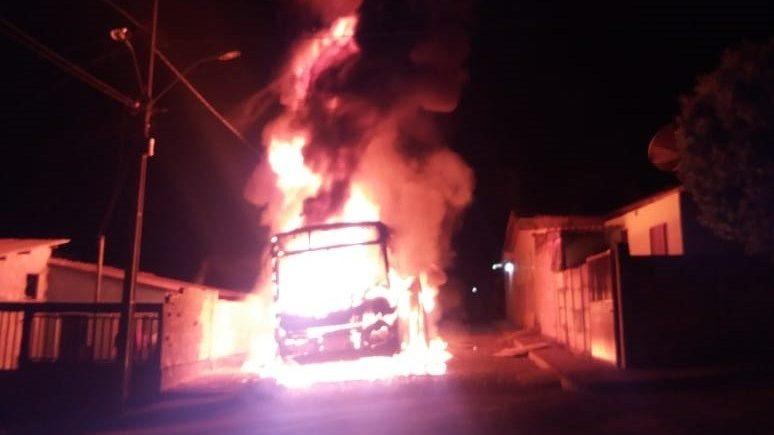 Ônibus acaba sendo incendiado no Triângulo Mineiro na madrugada