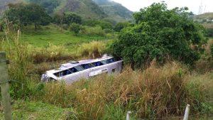 Ônibus da Viação Transmargoo tomba na Via Dutra e deixa 28 feridos