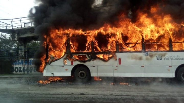 Ônibus urbano pega fogo na Avenida Brasil no Rio