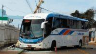 Acidente com ônibus da Santa Cruz em Erechim deixa passageiros presos