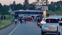 RN: Bandidos atravessam ônibus na BR-226 e explodem carro-forte