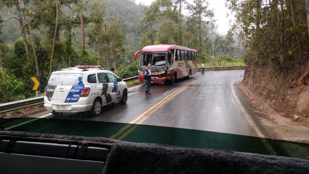 Acidente entre carreta e ônibus deixa feridos no interior do Espírito Santo