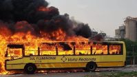 Ônibus pega fogo em Volta Redonda nesta sexta-feira