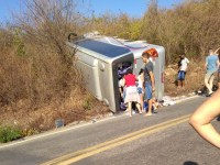 Micro-ônibus tomba no interior do Ceará com 22 passageiros a bordo