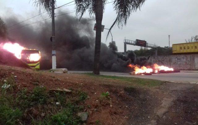 SP: Manifestantes incendeiam ônibus em Carapicuíba