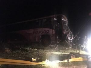 RJ: Ônibus da TransMargoo que tombou na Via Dutra é retirado