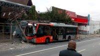 Ônibus perde o controle e bate em posto na Zona Oeste de São Paulo