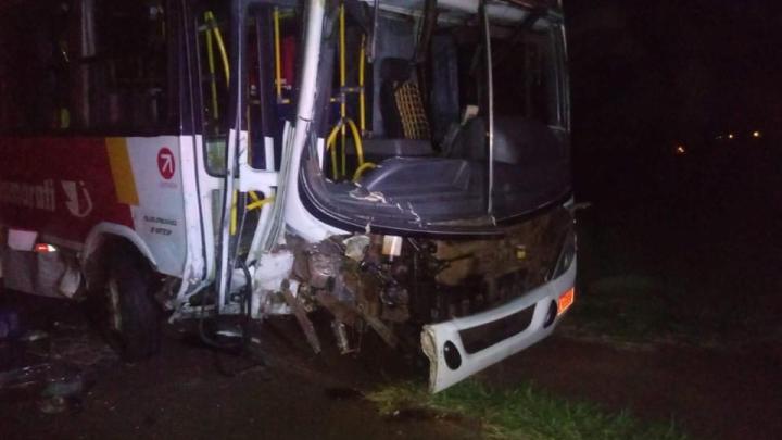 SP: Acidente entre carro e ônibus deixa um morto e quatro feridos em Jaboticabal