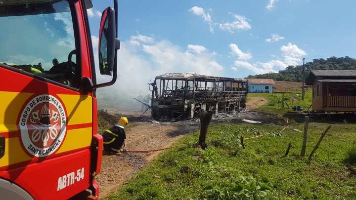 Ônibus pega fogo no interior de Santa Catarina nesta sexta-feira