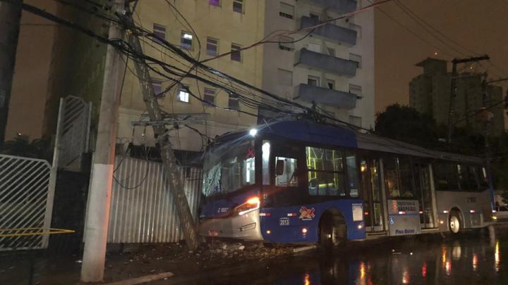 São Paulo: Ônibus da Viação Sambaíba sofre acidente na Rua Voluntário da Pátria