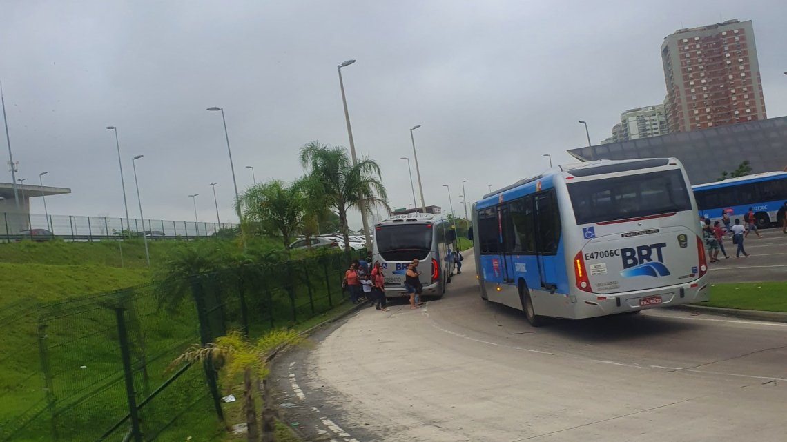 Acidente com ônibus do BRT Rio na Barra da Tijuca assusta passageiros
