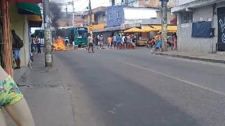 Manifestação fecha a Estrada do Barreiras em Salvador