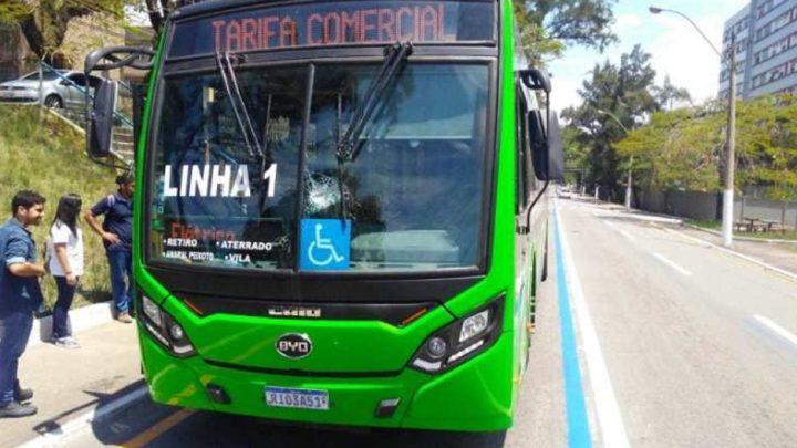RJ: Ônibus elétrico de Volta Redonda é apedrejado
