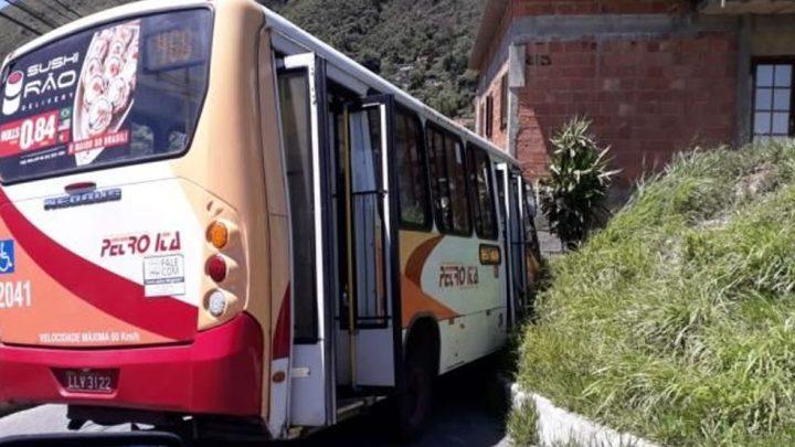 Acidente com micro-ônibus causa susto em Petrópolis na Região Serrana do Rio