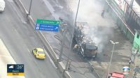 Ônibus pega fogo na Avenida Brasil no Rio na manhã desta terça-feira 8