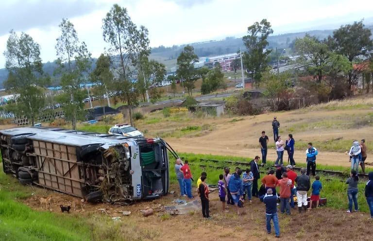 Ônibus tomba no interior do Paraná nesta segunda-feira 7