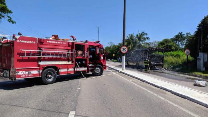SP: Ônibus pega fogo na rodovia Rio x Santos em São Sebastião