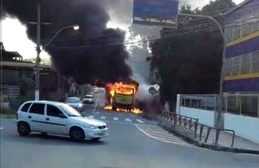 RJ: Ônibus da Viação Sul Fluminense pega fogo em Volta Redonda