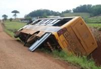 SC: Micro-ônibus escolar tomba com 35 alunos a bordo