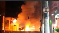 Ônibus é incendiado em São Paulo na noite deste domingo