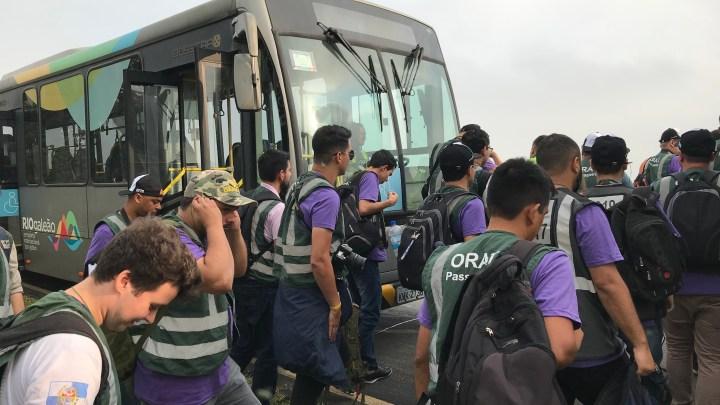 Ônibus invade a pista do Aeroporto do Galeão neste sábado