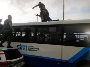 Bandido é preso em teto de ônibus após tentativa de assalto em Florianópolis