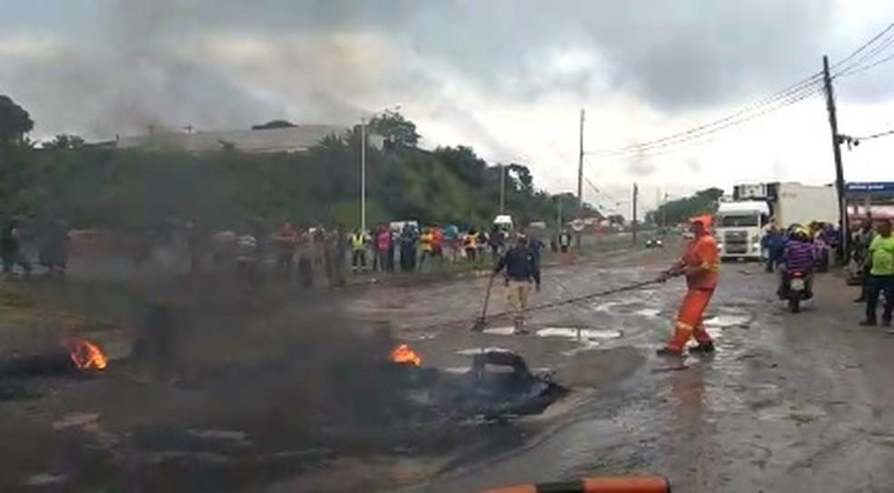 Manifestação deixa o trânsito parado na BR-324 em Salvador