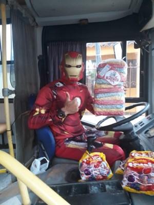 AC: Motorista de ônibus vestido de Homem de Ferro, distribui doces no Dia das Crianças