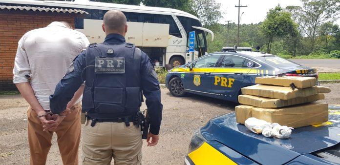 RS: Homem é preso pela PRF com drogas em ônibus da Ouro e Prata na BR-386